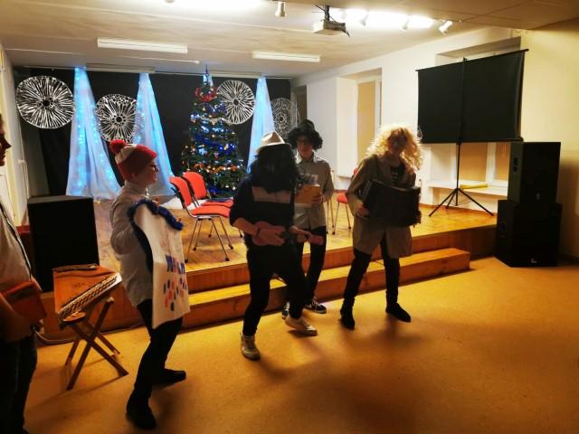 Kalėdiniame karnavale aštuntokų pasikalbėjimų šou